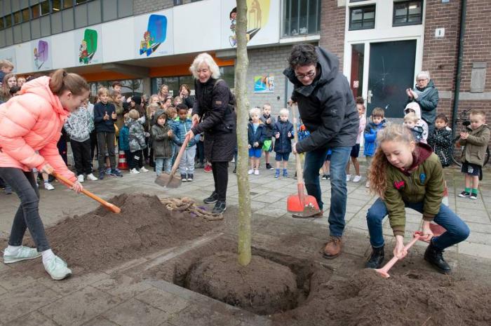 Wethouder Snoek plant eerste van 48 bomen